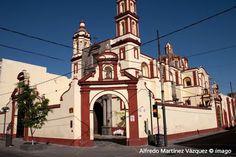 El templo del ex hospital de San Juan de Dios, México, es  un inmueble sobrio que poco a poco se ha ganado la atención de propios y extraños con su fachada teñida de amarillo y ocre, además de su tablero labrado en cantera gris.