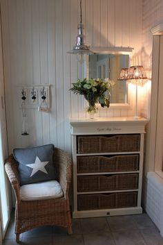 Nice way to use the space in a small entryway Cottage Living Rooms, Cottage Interiors, Coastal Living, Home And Living, Sas Entree, Decoration Entree, Deco Addict, American Houses, Cosy Corner