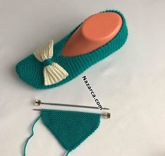 ilk-orulen-kolay-patiklerHow to Carry Yarn Up the Side of Your Work with Video Tutorial by Studio Knit Süpürgeler. Hungry Horse, Crochet Shoes, Yarn Shop, Yarn Brands, Desi, Stitch Markers, Cool Patterns, Pattern Making, How To Introduce Yourself