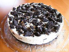 Her har du en trendy iskake, som faktisk er veldig lett å lage. Kaken består av en sjokoladekjeksbunn som er dekket med iskrem smaksatt med ekte vanilje. Hakkede Oreokjeks gir stilig utseende og vanvittig god smak til kaken. Nydelig, nydelig, nyyyydelig!!!!! Pudding Desserts, Oreos, Popsicles, Sorbet, Camembert Cheese, Nom Nom, Cupcake, Food And Drink, Pie