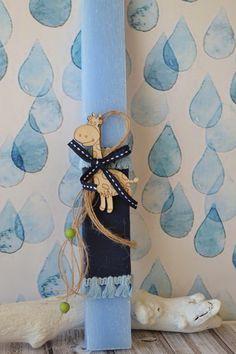 Χειροποίητη αρωματική λαμπάδα με ξύλινο μουστάκι, ντυμένη με ύφασμα πουά και κορδέλα γκρι με γαζί. Greek, Easter, Candles, Easter Activities, Candy, Candle Sticks, Greece, Candle