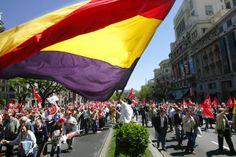 IU colgó la bandera republicana en el Ayuntamiento de Madrid http://www.ayuntamiento.es/archivo/iu-colgo-la-bandera-republicana-en-el-ayuntamiento-de-madrid/