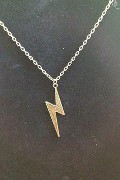 Set de aretes y collar de rayo, $7.87 | 56 Accesorios de Harry Potter que son…