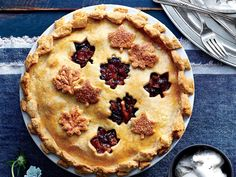 When tobacco and textiles ruled the South, mincemeat pie was the crown jewel of holiday celebrations. The boozy, heavily spiced, fruit-and-meat Mince Meat, Mince Pies, Southern Tomato Pie, Southern Food, Traditional Christmas Desserts, Mincemeat Pie, Apple Pie Spice, Savory Tart, Pastry Blender