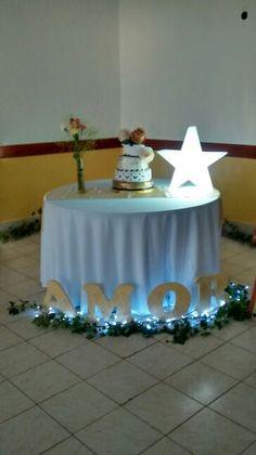 Palabra AMOR acompañando la mesa de la torta