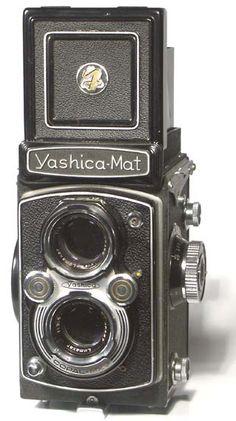 Yashica-Mat Twin-lens Reflex...mamma mia, se penso che a 16/17 anni mi ero fissata che avrei chiamato la mia futura figlia Yashica! Glie l'ho appena detto e non riporto il suo comprensibile commento....Ma Yashica è Yashica, anche se io preferisco Yashika. Augh, ho detto.