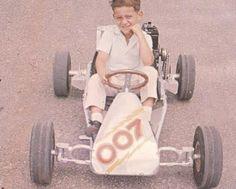 O menino Ayrton Senna em um kart.