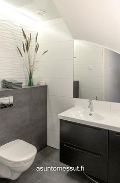 Tiles and lights Wc Bathroom, New Bathroom Ideas, Bathroom Toilets, Grey Bathrooms, Bathroom Layout, Bathroom Inspiration, Bathroom Interior, Contemporary Interior Design, Interior Design Living Room