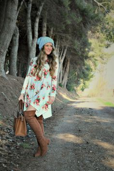 Today I want to show you a beatiful dress with florals paired with a pair of otk boots, This dress is so beatiful and I really love the design and the color