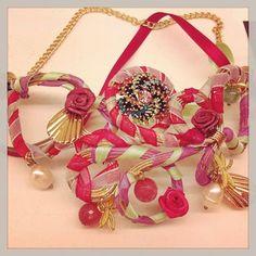 Gargantilla con perlas, broches y cintas.