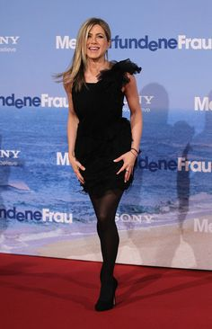 Jennifer Aniston Tights - Jennifer Aniston completed her red carpet look with black tights and pumps.