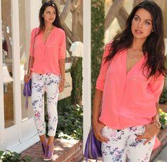 pantalon floreado blusa coral
