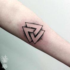 Valknute done by Ann Marie at Electric Tattoo in Sopot Poland Bike Tattoos, Arrow Tattoos, Leg Tattoos, Body Art Tattoos, Wolf Tattoos, Stag Tattoo, Air Tattoo, Norse Tattoo, Simple Tattoo Designs