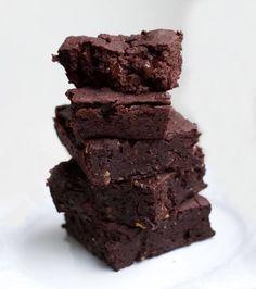 Vegane Brownies mit Kidneybohnen - die gesunde Alternative zu herkömmlichen Brownies! Schokoladiger Genuss mit viel Eiweiß und wenig Fett.