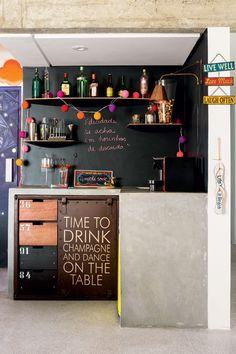 Apartamento com jeito de casa tem bar irreverente com parede de lousa e luzinhas…