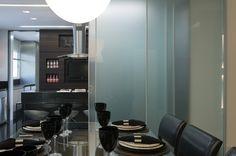 Isolar ou não a cozinha da sala de jantar? Portas deslizantes são uma ótima pedida quando você quer as duas opções. Neste apartamento decorado por Flávio Kaukal para a Patrimar Engenharia, o arquiteto escolheu nossa Dolomiti Di Sole com vidro Acidato.  Foto: Jomar Bragança #FlavioKaukal #arquitetura #design #decoração