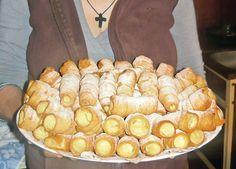 Un desert rapid, care garantat vă va ieși mult mai fain decât varianta din… Romanian Desserts, Romanian Food, Sweets Recipes, Cake Recipes, Good Food, Yummy Food, Food Cakes, Pastry Cake, Delicious Desserts