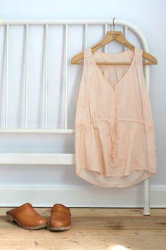 Bedstead, pink top and vintage clogs-kakform.se