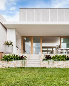 As This Modern House Is On A Sloped Site, Sandstone Planters On Either Side Of The Stairs Have Been Included In The Landscape Design, Separating The Outdoor Dining Area And The Grassy Area Below. Patio Design, Exterior Design, Interior And Exterior, Facade Design, Facade House, House Facades, Modern Landscaping, House Goals, Modern House Design