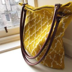 beautiful moroccan tote crochet pattern. free. Tapestry crochet (link to tutorial with lots of pictures provided)