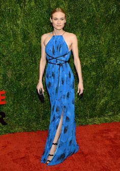 Simplemente espectacular acudió Diane Kruger en azul y negro con un vestido halter estampado con abertura en la falda y cinturón cruzado de Michael Kors Collection.