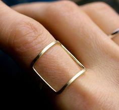 Un cuadrado casi perfecto hecho de líneas simples y rectas. | 22 Anillos minimalistas que querrás comprar ahora mismo