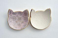 Dieses kleine Katze-Gericht ist eine wunderbare Ergänzung für jeden Katzen-Liebhaber-Sammlung. Verwendet bei Hochzeiten als ein Ring-Träger-Teller oder einfach in Ihrem Alltag als Schmuck Teller oder Teelicht Halter, werden diese niedlichen Platte ein schönes Detail in Ihrem Leben.  Dieses Gericht ist handgefertigt aus hochwertigem Steingut Ton, texturiert, eingetaucht in Glasur und ausführliche elegant mit Glanz und kolloidales Gold. Zwischen den einzelnen diesen Arbeitsphasen abgefeuert…