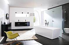 Tunnelmallista luksusta mustilla korkeakiilto-ovilla ja vaalealla terrazzokaksoisaltaalla. Upea nelikulmainen kylpyamme houkuttelee nauttimaan kaikilla aisteilla.