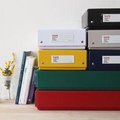 buro(ビュロー) ボックス S/L  ハコが好きです。 海外の郵便局の箱や昔ながらのお道具箱、 ツールを収納するツールボックス、 なんでも収納できるバンカーズボックス。  デザインの素敵な箱を見ると、 ついつい買ってしまうので、 家はいろいろな箱であふれています。  こちらは、ステーショナリーメーカー DELFONICSのオリジナルブランド buroのボックス。  いろいろな箱を組み合わせて楽しむのもいいですが、 同じ色、同じ形で統一してそろえると、 お部屋に統一感が出てすっきりオシャレに見えます。  4月の新生活、模様替えに ぴったりのアイテムです。  #インテリア雑貨 #buro #ビュロー #ボックス #収納 #模様替え #フリーデザイン
