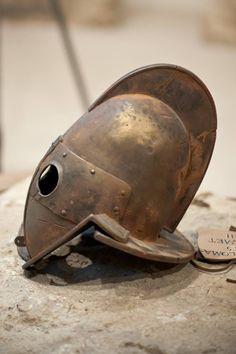 Secutor Helmet.Самое первое упоминание о гладиаторах относится ко времени 264 г. до нашей эры. Сохранившиеся записи свидетельствуют о том, что существовали рабы, которых заставили сражаться до смерти на похоронах выдающегося аристократа Древнего Рима, Джуниуса Брутуса Перы. Некоторые гладиаторы были очень популярны благодаря своим выступлениям. Ancient Rome, Ancient Art, Soldier Helmet, Roman Gladiators, Gladiator Helmet, Roman Helmet, Best Armor, Greek Warrior, Roman Era