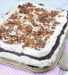 meringue and chocoalte cake Cookie Desserts, No Bake Desserts, Delicious Desserts, Candy Recipes, Dessert Recipes, Bagan, Swedish Recipes, Piece Of Cakes, Sweet Cakes
