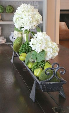 Minute Decorating and Home Styling Tricks Metal Trough Centerpiece - see post for info on making this and other suggestions.Metal Trough Centerpiece - see post for info on making this and other suggestions. Kitchen Island Centerpiece, Dining Room Table Centerpieces, Kitchen Island Decor, Centerpiece Decorations, Decoration Table, Decoration Restaurant, Green Decoration, Decoration Crafts, Kitchen Tables