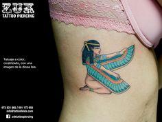 Tatuaje a color, cicatrizado, con una imagen de la diosa Isis.