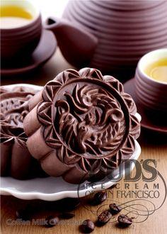 Coffee Milk Chocolate: Bánh trung thu sô cô la sữa, nhân kem cà phê, chính giữa là kẹo phô mai