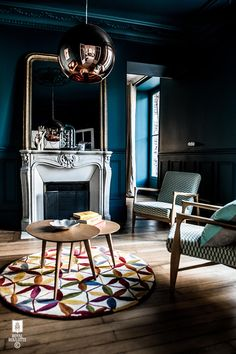 Maison Fontainebleau, located in France, welcomes you with a warm cosy atmosphere expressing itself as great french interior design by Royal Roulotte. Blue Rooms, Blue Walls, Dark Living Rooms, Dark Rooms, Decoracion Vintage Chic, Fontainebleau, Wall Molding, Dark Interiors, French Interiors