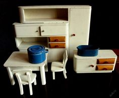 Stará kuchyňka pro panenky, výška kredence 30cm, výška stolu 11cm, Czechoslovalia Dollhouse Dolls, Dollhouses, Toys, Paper, House, Nostalgia, Activity Toys, Doll Houses, Games