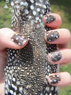 Amoki's Corner: Feather Nails - repinned by www.naildesignshop.nl