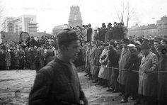Nézelődők a Köztársaság téren, miközben a katonák keresik a kazamatákat.
