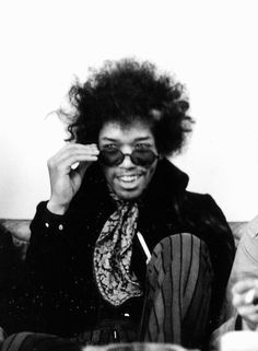 Jimi Hendrix photographed by Linda McCartney I like this because it is always incredible when you can look at someone who isn't alive anymore. It's almost like a form of immortality. Linda Mccartney, Jimi Hendrix Experience, Janis Joplin, Jimi Hendricks, Linda Eastman, Ella Enchanted, Hey Joe, Musica Popular, Music Photo