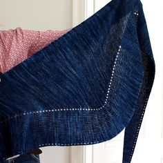Almsee is a modern shawl, featuring a lovely ribbing border with a small lace pattern combined with garter stitch. The shape is an asymmetric triangle which is wearable in various ways.