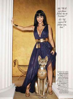 Kim Kardashian saiu assim na revista Harper's Bazar, vestida de Cleópatra. Muito poder! Bom final de semana.