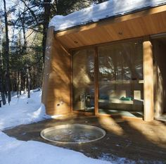 La Luge House by Architects a holiday home in the forest of Quebec, Canada. Back porch hot tub & sauna view Luge, Quebec, Cabin Design, House Design, Sunken Hot Tub, Getaway Cabins, Winter Cabin, Modern Cottage, Cabins In The Woods