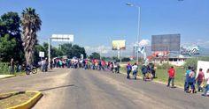 Bloquean maestros otra vez acceso al aeropuerto de Oaxaca
