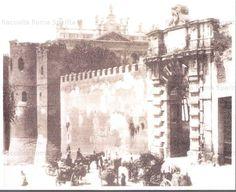 Foto storiche di Roma - Porta San Giovanni Carrettieri a vino della campagna romana attendono l'autorizzazione per entrare in città con le loro botti