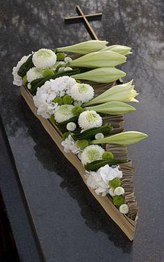 Funeral work - Moniek Vanden Berghe - Page 2 - Floristics popular floral forum Deco Floral, Arte Floral, Floral Design, Casket Flowers, Funeral Flowers, Grave Decorations, Flower Decorations, Casket Sprays, Modern Flower Arrangements