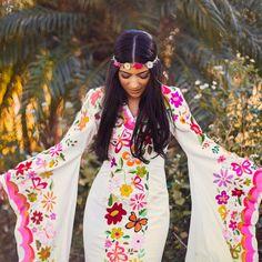 Vestido bohemio para la playa con bordados mexicanos.