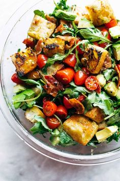 - The best salad for summer: fried bread, arugula, tomatoes, bacon, and an easy balsamic dressing. Healthy Salad Recipes, Vegetarian Recipes, Cooking Recipes, Pork Recipes, Pasta Recipes, Vegetarian Bacon, Pain Frit, Easy Summer Dinners, Sauces
