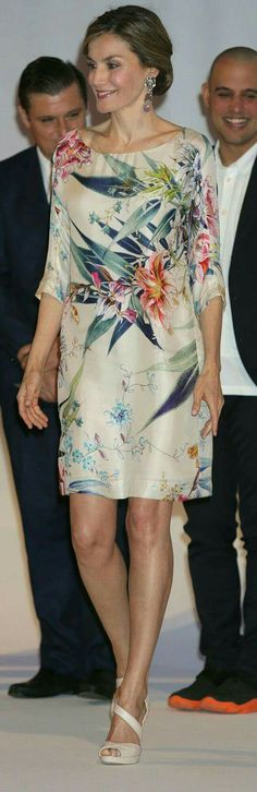 Queen Letizia of Spain attends the National Fashion Awards at Museo del Traje on July 2016 in Madrid, Spain. Elegant Dresses, Beautiful Dresses, Casual Dresses, Style Royal, Floral Tunic, Queen Letizia, Royal Fashion, Dress Patterns, Dress Skirt
