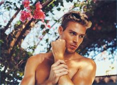 Wonderland magazine taps Matthew Noszka for its most recent cover story. Stylist Nicco Torelli outfits Matthew in a fur coat by Michael Kors for the cover. Blonde Male Models, Blonde Model, Coachella, Oita, Old Models, Hot Boys, Cute Guys, Pretty Guys, Cover Photos