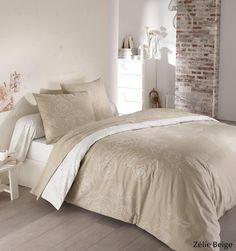 Craquez pour le charme du fleuri avec la parure de lit Zélie Beige en flanelle, 100% coton gratté 170g/m². Vous aimerez l'effet « brodé à la main » de la rose connotant le style shabby, thème tendance de cette saison. Vous créerez une ambiance douce et apaisante avec le beige et le blanc cassé. Un intemporel à avoir absolument dans votre linge de maison ! Côté matière, vous aimerez la flanelle pour affronter l'hiver en douceur. #lingedelit